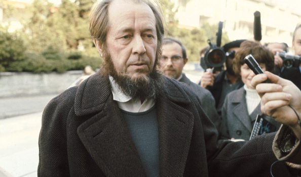 (Premium Pricing - DOUBLE RATES APPLY) Alexander Solzhenitsyn In Switzerland. Zürich - 17 Février 1974. Après avoir été expulsé d'Urss vers l'Allemagne de l'Ouest, l'écrivain dissident russe Alexandre SOLJENITSYNE s'installe provisoirement en Suisse. (Photo by Jean-Claude Deutsch/Paris Match via Getty Images)